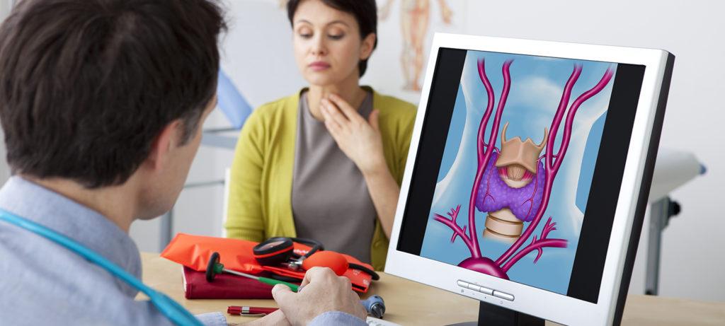 Affetta da carcinoma della tiroide, le asportano anche le paratiroidi: rischia un grave tumore alle ossa.